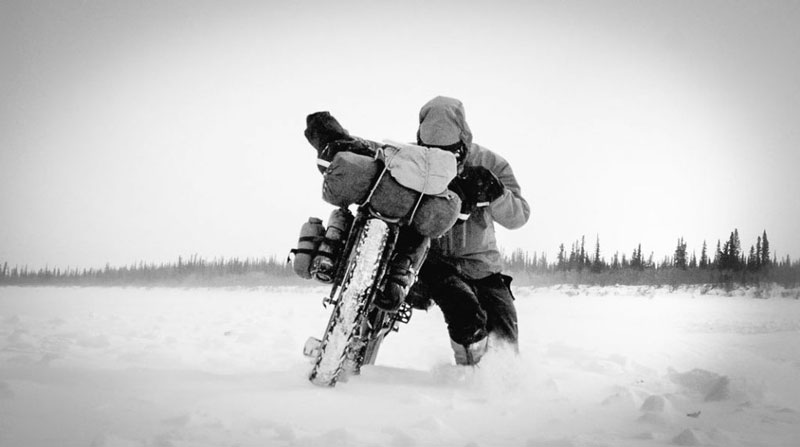 arctique_canadien_frozen_road_moto
