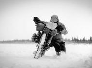 arctique_canadien_frozen_road_moto
