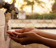 manque eau mains