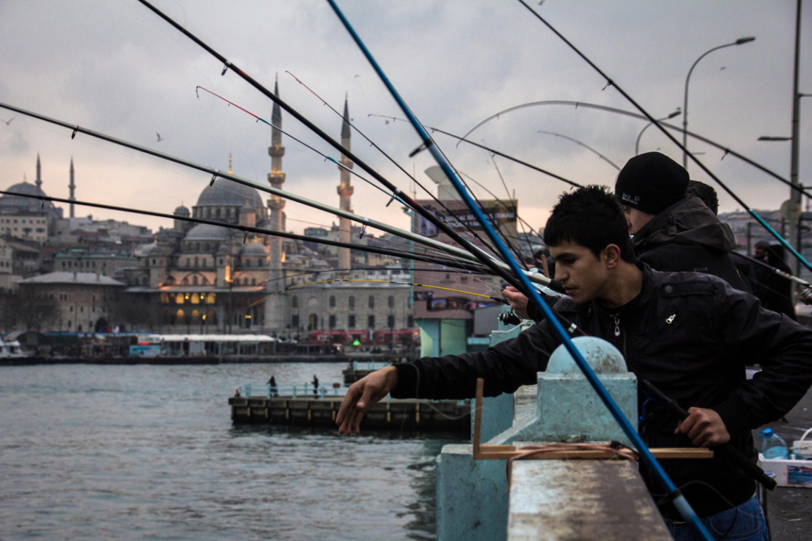 Les pêcheurs sur le pont de Galata ©B.Cappronnier